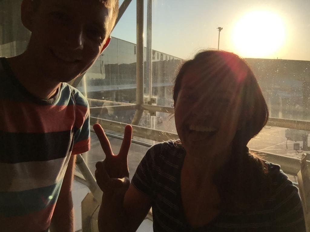 Nur nicht die gute Laune verlieren: Meine Mitstreiterin Corinn und ich in Barcelona