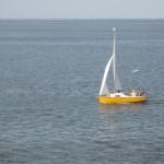 Eine kleine Segeljolle vor Cuxhaven